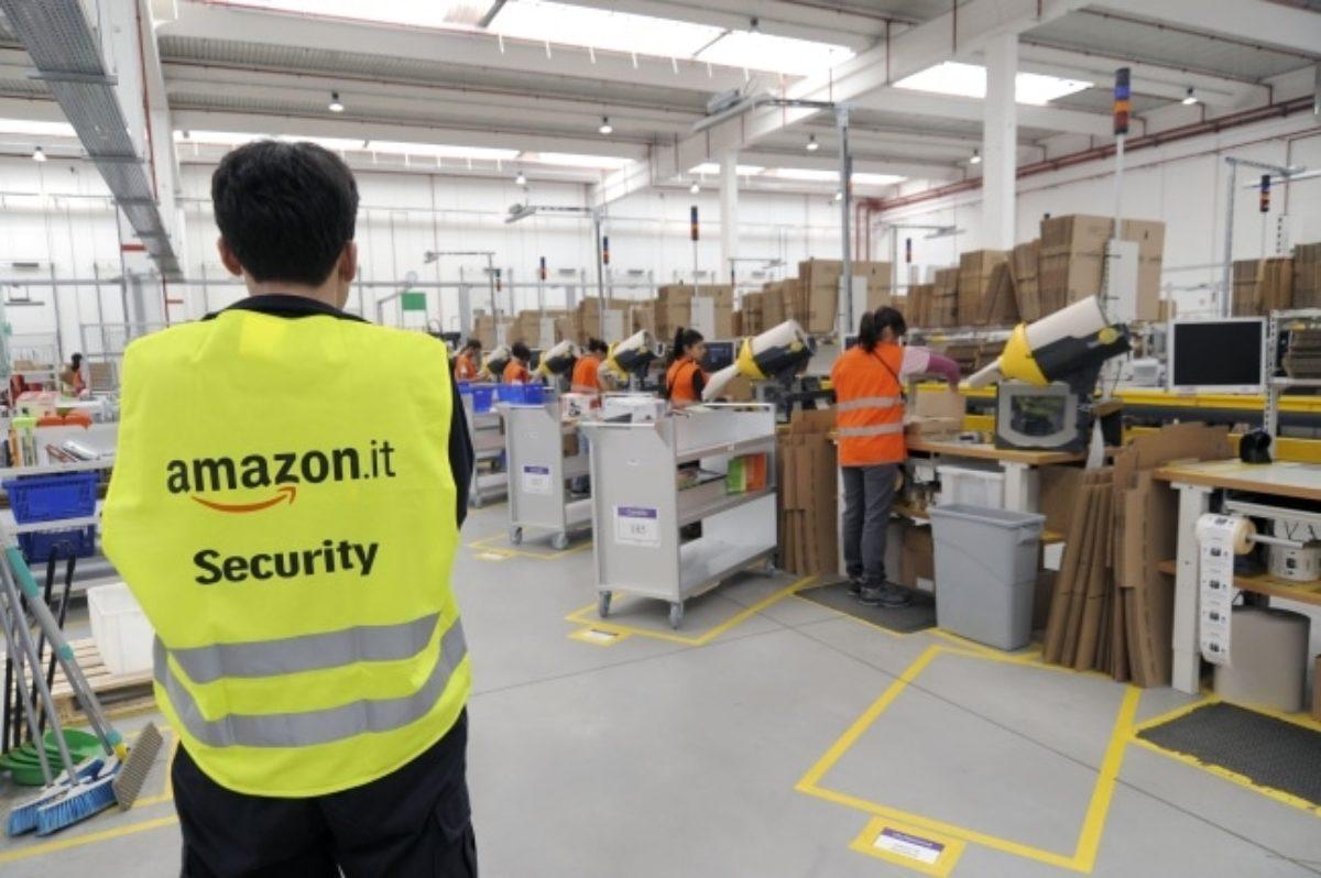 Il Natale dei lavoratori Amazon: pacco, doppio pacco e contropaccotto