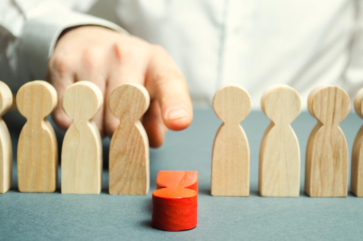 Divieto di licenziamento aggirato: un omino rosso viene buttato giù da un dito.