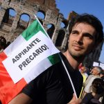 """Precarizzazione: un dimostrante con il cartello """"aspirante precario""""."""