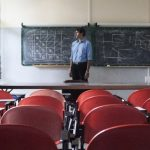 Un ricercatore precario solo in una classe universitaria.