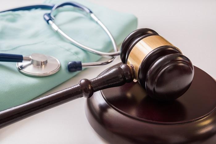 Cause contro i medici: boom di pubblicità illegali per spingerli ad assicurarsi