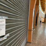 Un negozio chiuso in un centro commerciale, per il quale continua a essere pagato l'affitto