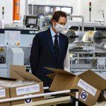 John Elkann assiste alla produzione delle mascherine FCA.
