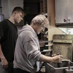 Istruzione e formazione professionale: un maestro artigiano del legno con il suo apprendista