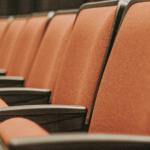 Sedili di teatro vuoti.
