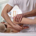 Chiropratici: un professionista della disciplina all'opera su una paziente.