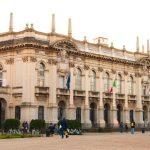 L'esterno del Politecnico di Milano con alcuni studenti.