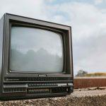 Una televisione abbandonata per strada, metafora della situazione degli autori televisivi in Italia.