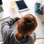 Didattica in presenza negata ai disabili, un bambino con autismo davanti a pc e tablet spenti.