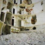 Guerra in Siria: il cortile di delle palazzine distrutte.