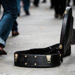 Solidarietà alla musica: una custodia di chitarra aperta e vuota, per strada, in attesa di elemosina.
