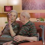 Chiusura RSA, due anziani dialogano in una casa di risposo