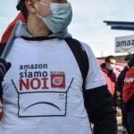 """Sciopero Amazon: un lavoratore durante la protesta, con una maglietta che recita """"Amazon siamo noi"""""""