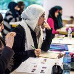 Future donne ingegnere: studentesse col velo durante una lezione.