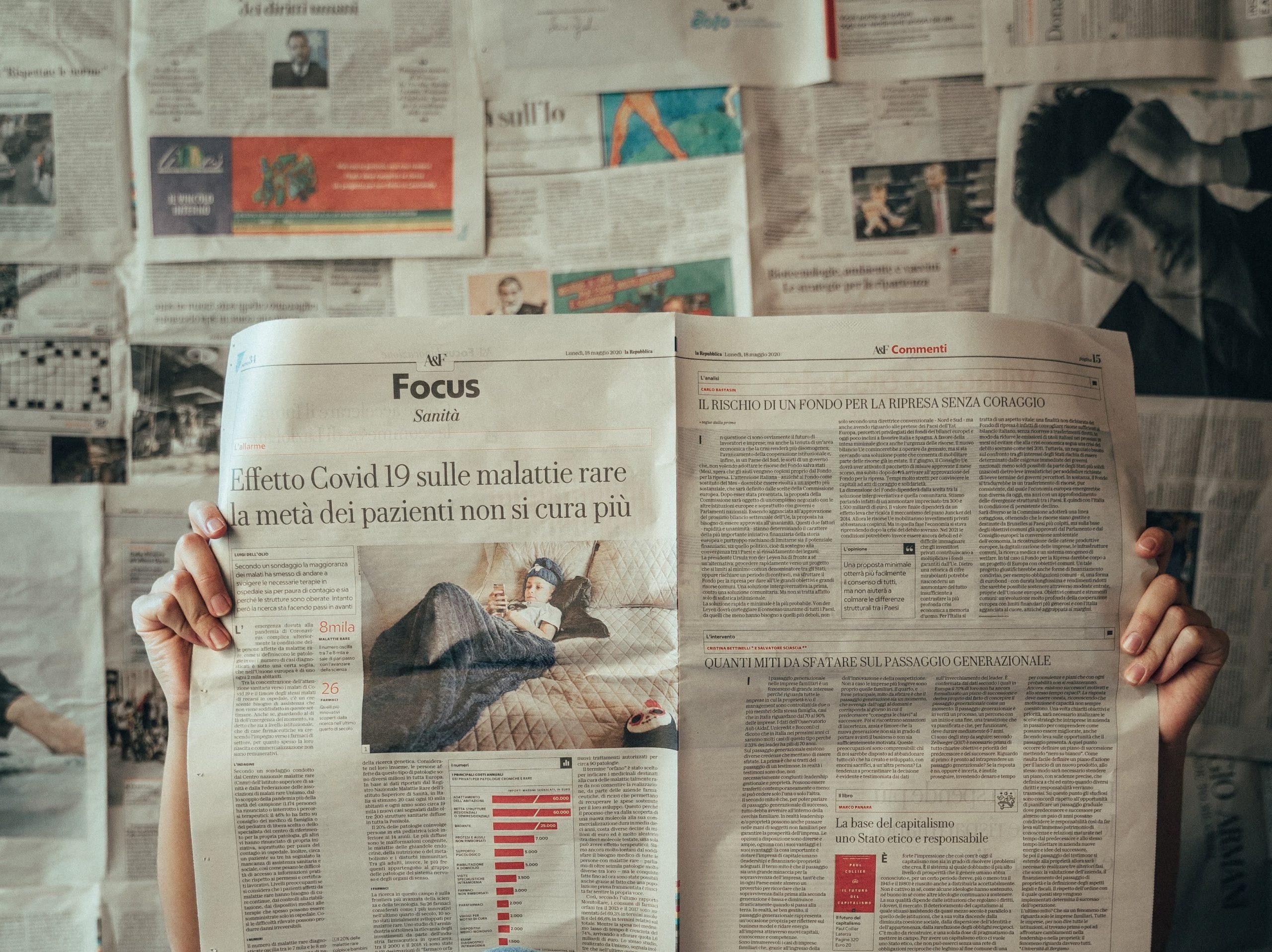 Un carcerato che legge un giornale.