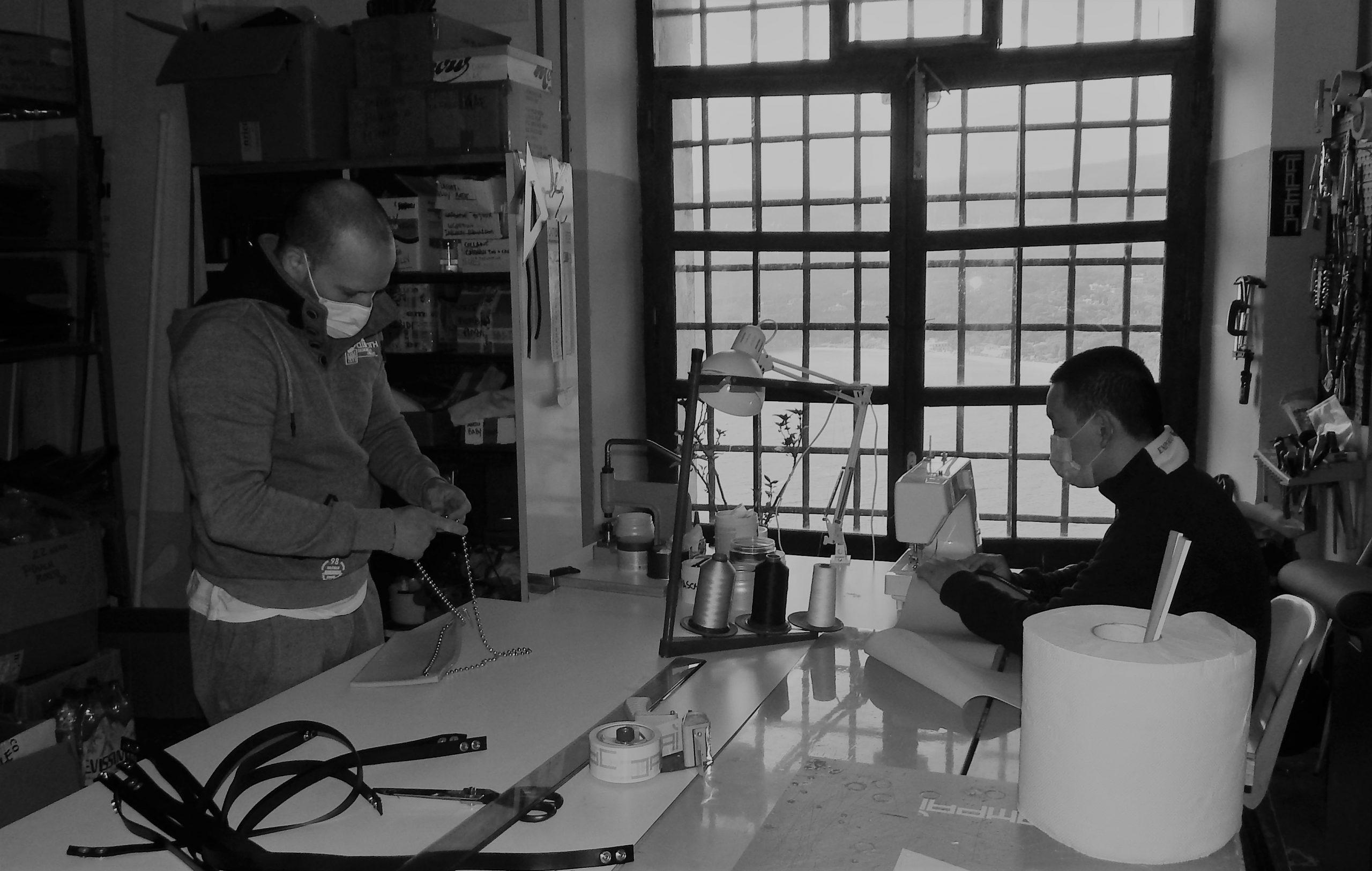 Lavoro carcerario, dei detenuti in un laboratorio.
