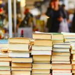 Il banchetto di un libraio di strada.
