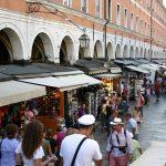 Bancarelle e turisti a Venezia.
