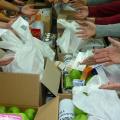 La Caritas aiuta il lavoro: mani che danno e mani che ricevono aiuti