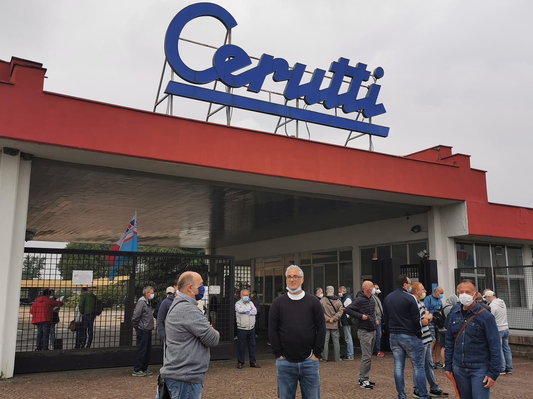 Gli operai delle Officine Meccaniche Giovanni Cerutti in presidio fuori dalla fabbrica.