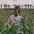 Donne nel settore primario: una ragazza in un campo
