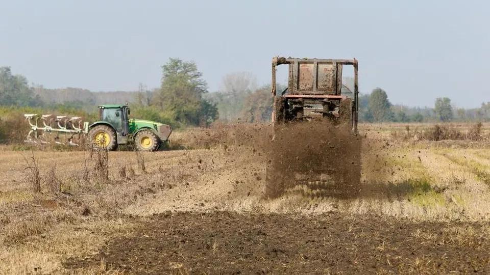 Inquinamento in provincia di Pavia: dei macchinari spargono i fanghi da depurazione sui campi.