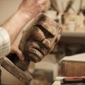 Un prodotto dell'artigianato sardo: una maschera intagliata nel legno.