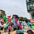 I lavoratori BNL a rischio di cessione ad Accenture in sciopero davanti alla sede di Milano.