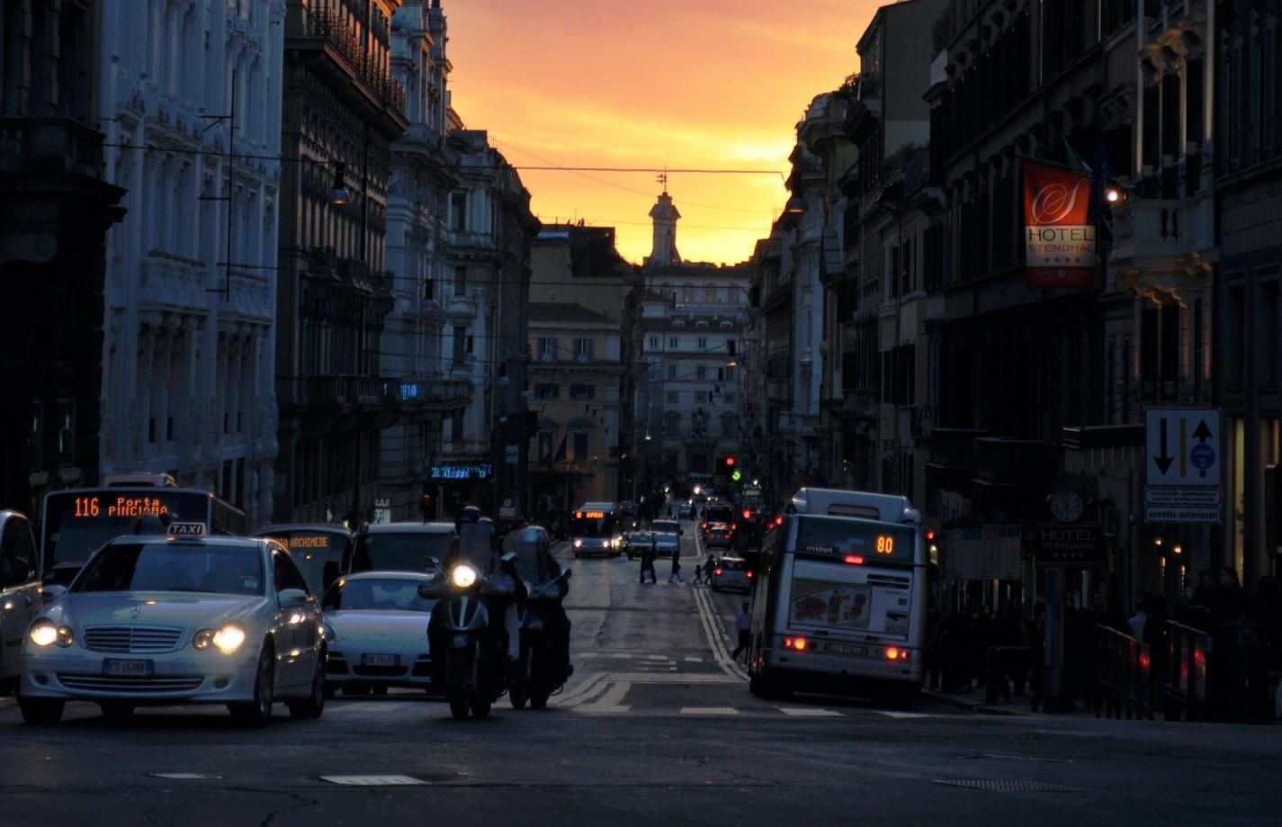 Una strada del centro di Roma.