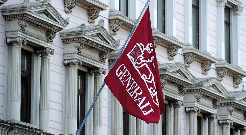 Una bandiera ammainata con il logo di Assicurazioni Generali.